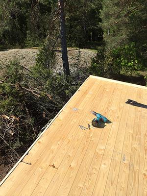 Underlagspapp på taket på Friggeboden, Stugan i Viken