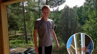 Max inspekterar montering av det stora glaspartiet, stuganiviken.se